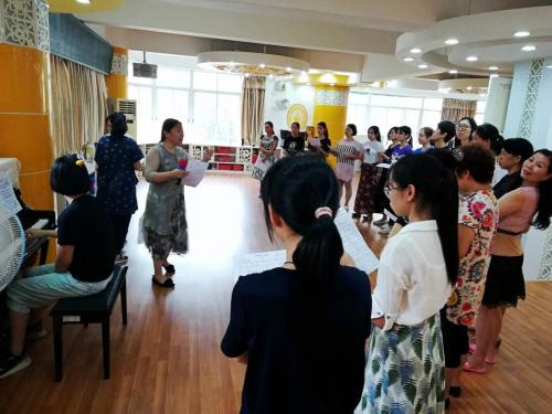 朱老师为海珠区海鸥幼儿园的老师排练合唱比赛1