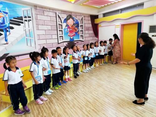 朱老师为海珠区怡乐路小学声乐社团上课