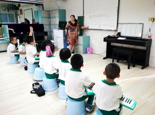 朱老师在天河元岗小学上口风琴课