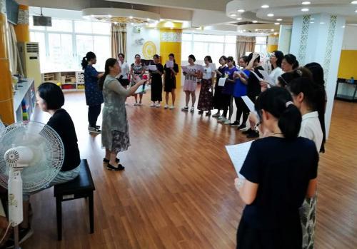 朱老师为海珠区海鸥幼儿园的老师排练合唱比赛2