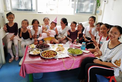 徐梓州跟中国舞班的同学一起过生日